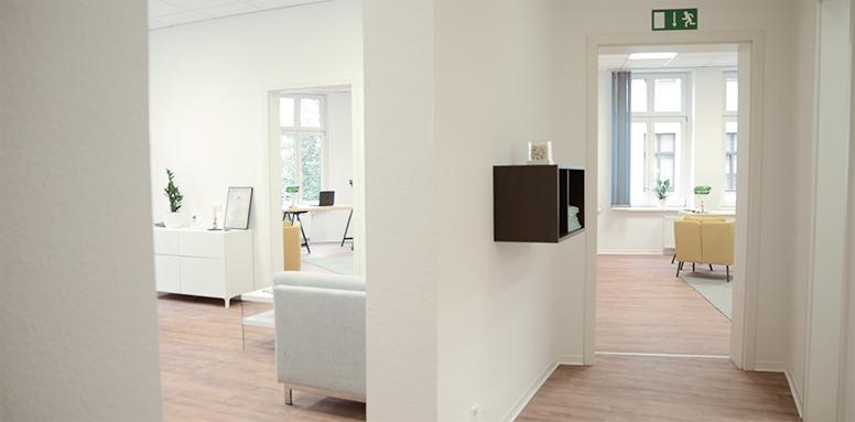 Flurbereich der Chiropraxis Kuhlen mit Blick ins Wartezimmer links sowie in die beiden Behandlungsräume
