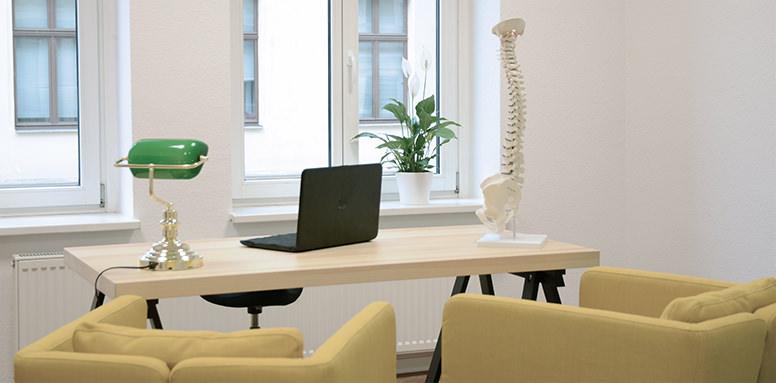 Sprechzimmer mit Schreibtisch und Patientensesseln