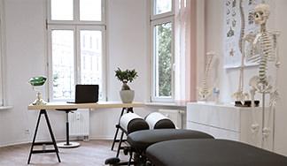 Behandlungszimmer mit Chiropraktik-Liege